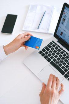 Jak karta kredytowa może wspierać finanse osobiste?